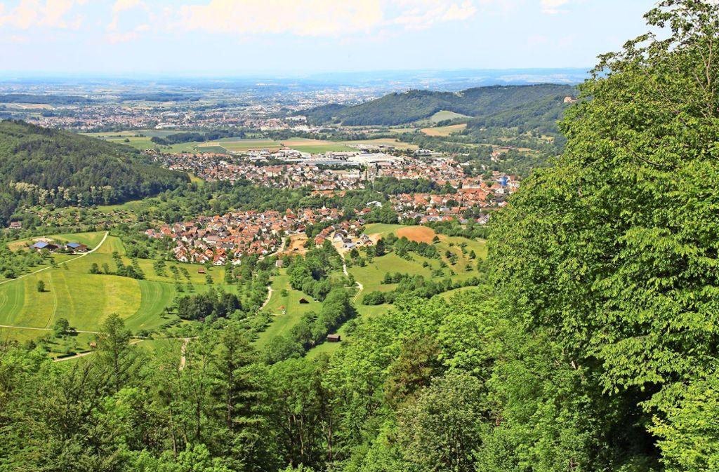 Gleich zu Beginn der Messelberg-Tour bietet sich vom Rötelstein aus ein toller Blick ins Lautertal – und ganz weit in die  Region Stuttgart   hinaus. Foto: Landratsamt Göppingen