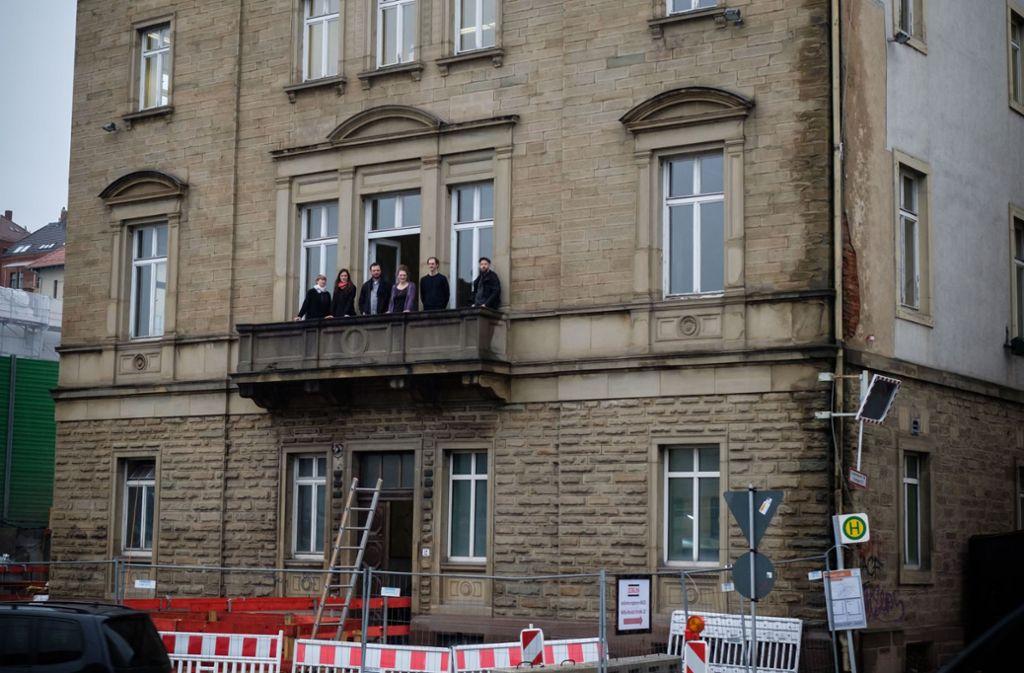 Die Künstler auf dem Balkon des Hauses an der Willy-Brandt-Straße. Foto: Lichtgut/Achim Zweygarth