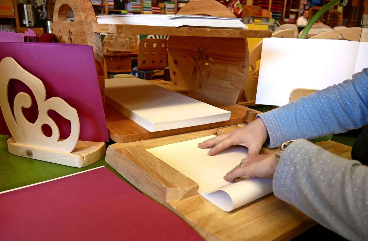 In den Karl-Schubert-Werkstätten finden Menschen mit Behinderung eine Arbeit, wie etwa in der Papierwerkstatt. Wegen der Corona-Krise aber brachen viele Aufträge weg. Foto: Eileen Breuer