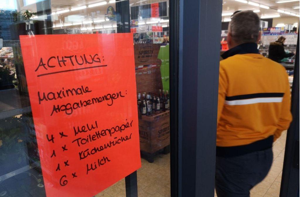 In den Supermärkten der Region, hier in der Hofener Straße in Stuttgart, ist derzeit viel zu tun. Deshalb bleiben sie sonntags zu. Foto: Lichtgut/Max Kovalenko