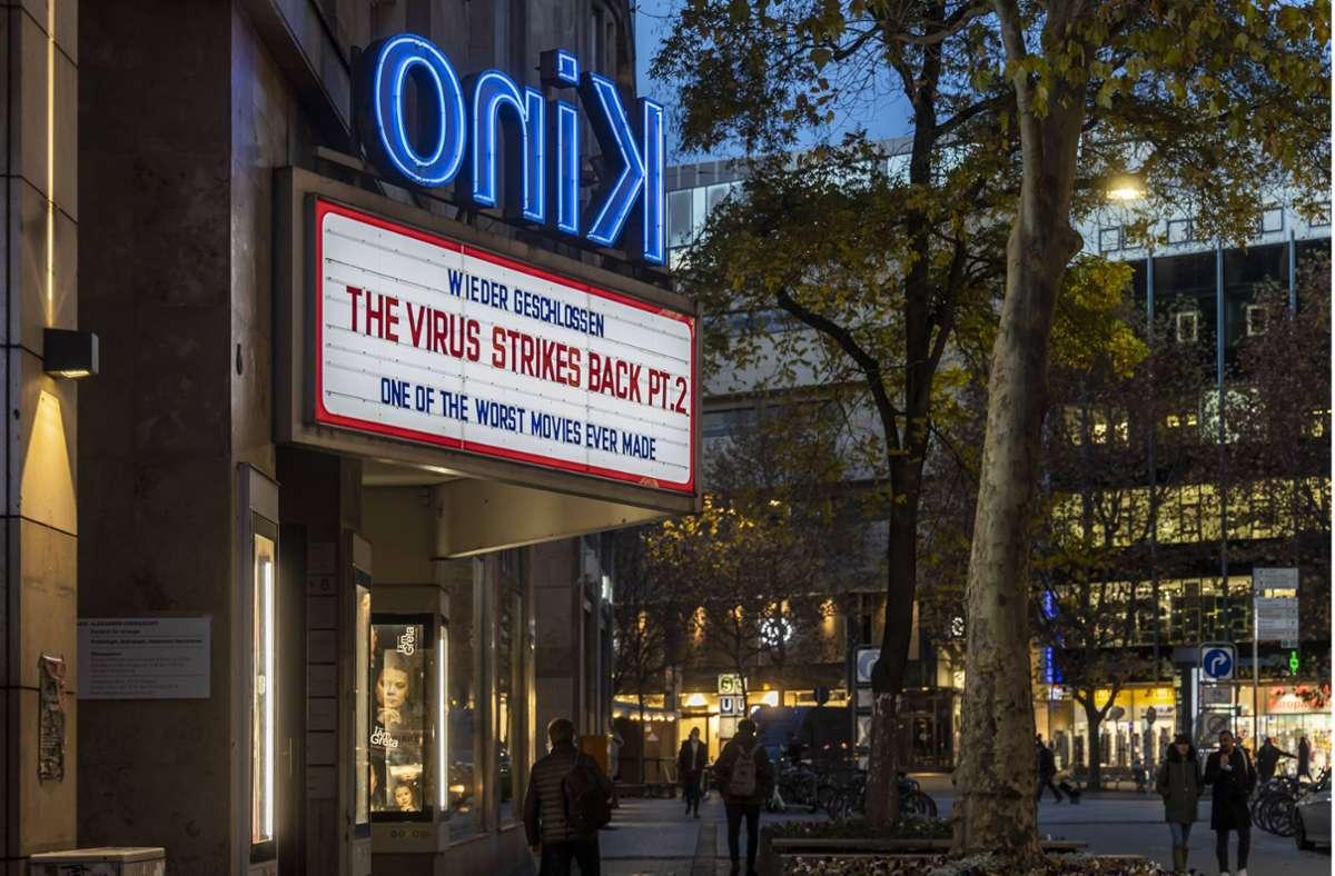 Beim  Delphi-Kino in Stuttgart reagiert man mit Humor auf die bereits zweite erzwungene Schließung wegen der  Corona-Pandemie. Foto: imago/Arnulf Hettrich