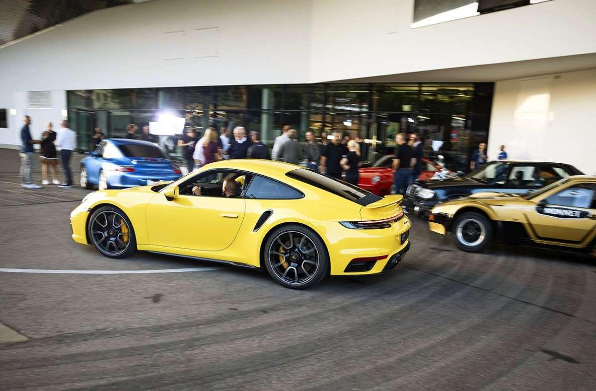Großes Aufgebot am Porsche-Museum zur Porsche Sound Nacht Foto: Lichtgut/Julian Rettig