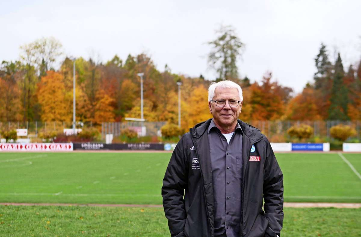 Guido Arnold, administrativer Leiter des Nachwuchsleistungszentrums der Stuttgarter Kickers, wirbt für Spenden für die neue Flutlichtanlage. Foto: Eileen Breuer