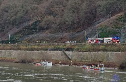 Wohnmobil gerät in den Rhein - Fahrer wird über Dachluke gerettet