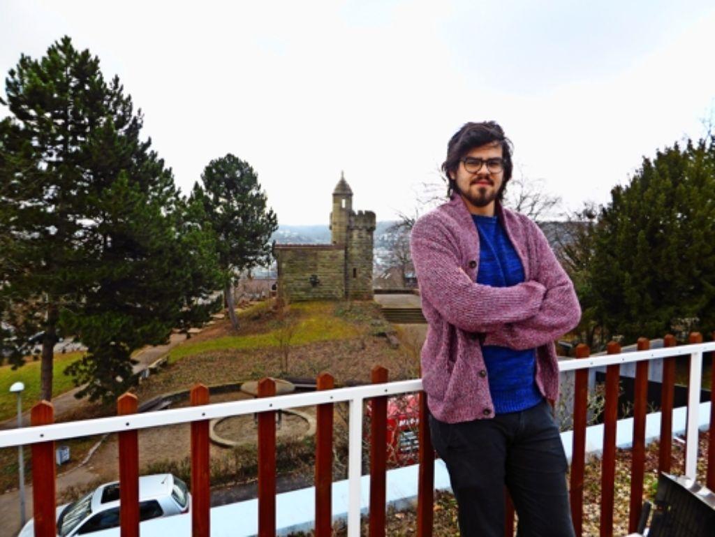 Skander Saidi  wohnt mit Blick auf den Kriegsbergturm Foto: Peter Buchholtz