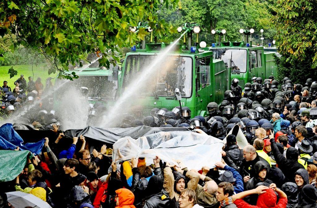 Demonstranten, die am 30. September 2010 verletzt wurden, bekommen Schadenersatz und Schmerzensgeld von der Stuttgarter Polizei. Foto: dpa