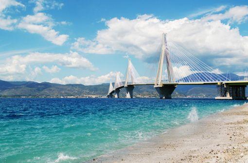 Diese Brücke ist nicht in San Francisco sondern in Griechenland. Die beeindruckende Rio-Andirrio-Brücke verbindet die Halbinsel Peloponnes mit dem Festland. Eine Radtour mit solch einem Ausblick findet man in Europa nicht an jeder Ecke.