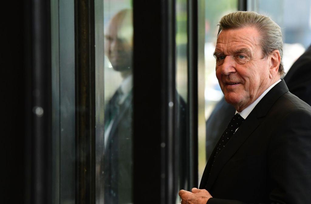 Im Zentrum der öffentlichen Aufmerksamkeit steht er schon lange nicht mehr – aber das könnte sich bald ändern:  Altkanzler Gerhard Schröder soll sein Können als Vermittler unter Beweis stellen. Foto: AFP