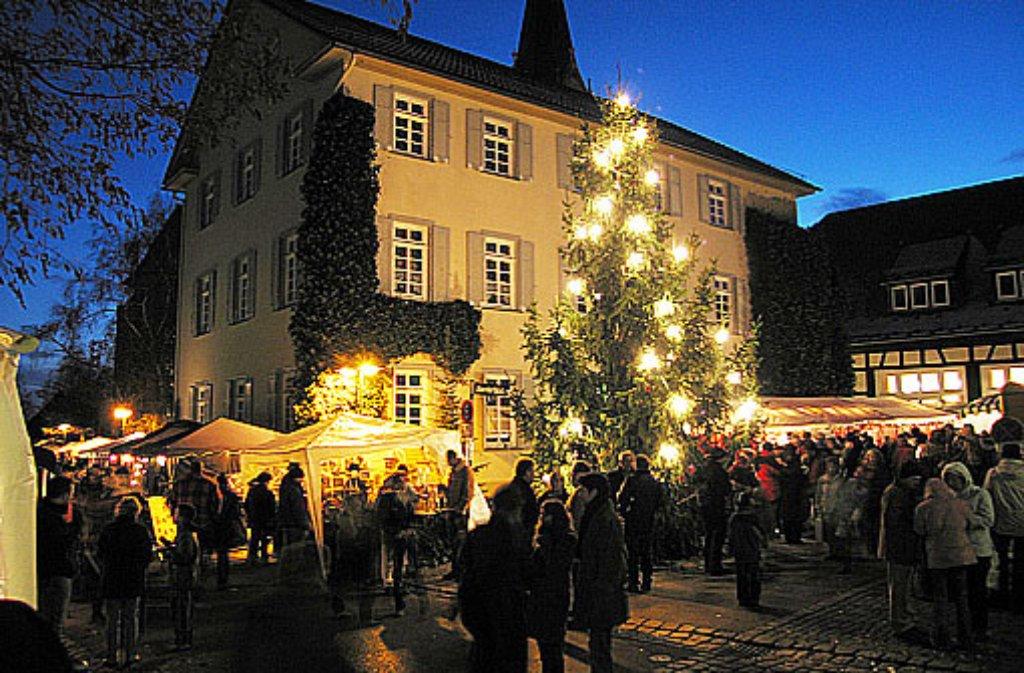 Die Sternlein prangen nicht nur auf dem Stuttgarter Weihnachtsmarkt rund um den Marktplatz. Auch durch die Stadtbezirke weht ein Hauch von Weihnachtsduft. Wie etwa vor dem Bezirksrathaus in Stuttgart-Möhringen, wo am Samstag, 26. November 2016, von 11 bis 18 Uhr die Stände des caritativen Weihnachtsmarktes geöffnet sind.  Foto: Volker Grosser