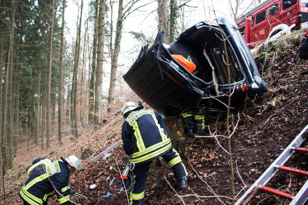Eine 20 Jahre alte Frau ist in Sachsenheim im Kreis Ludwigsburg mit ihrem Smart eine Böschung hinunter gefahren. Foto: www.7aktuell.de   Jochen Buddrick