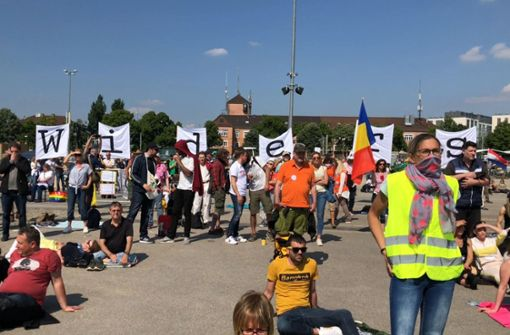 Gegner der Corona-Maßnahmen demonstrieren auf dem Wasen