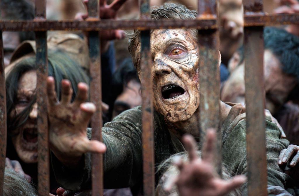 """""""How to kill a Zombie"""" – Wie tötet man einen Zombie? Die sichertse Methode, um einen Untoten endgültig ins Jenseits zu schicken, ist, ihm den Kopf abschlagen (Szene aus der TV-Serie """"Walking Dead""""). Foto: Verleih"""