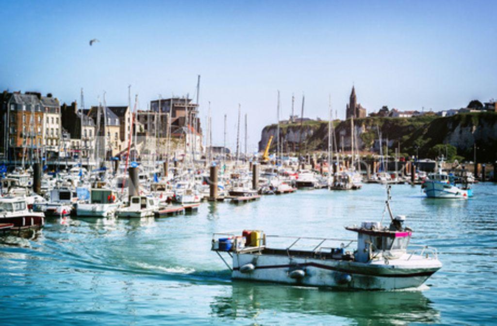 Fischer befürchten um ihren Fang, wenn erst Windräder im Meer vor dem Küstenstädtchen Dieppe  stehen. Doch der Bau verzögert sich. Foto: Adobe