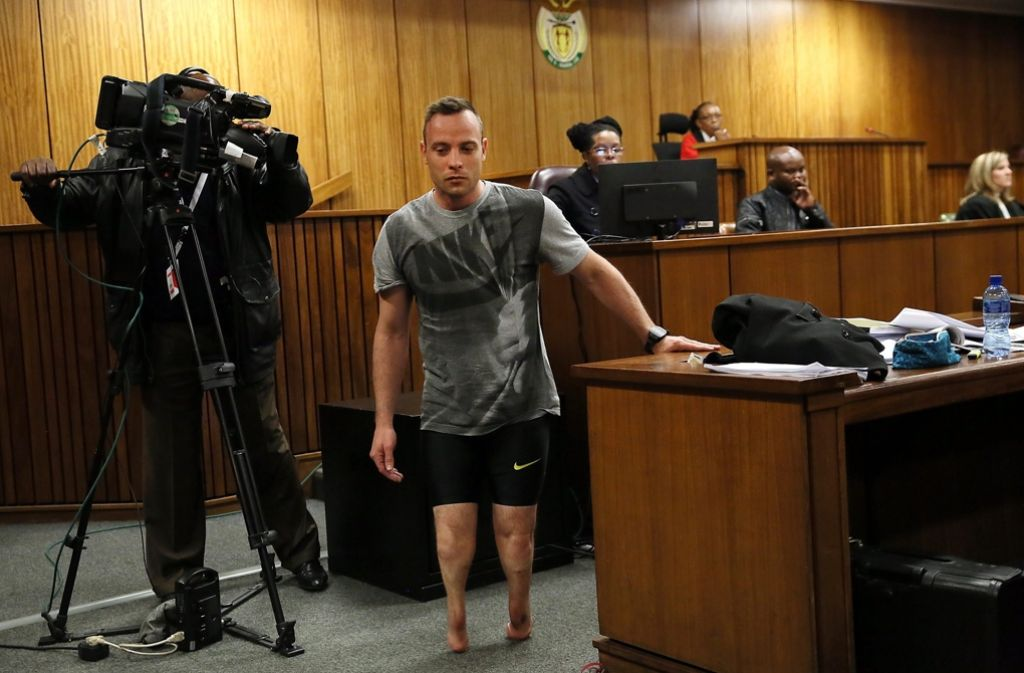 Ohne Prothesen ist Oscar Pistorius am Ende des Prozesses vor dem Gericht erschienen. Foto: dpa