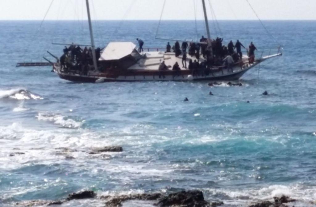 Flüchtlinge versuchen vor der Küste der griechischen Insel Rhodos an Land zu schwimmen. Die EU will schärfer gegen Schlepper vorgehen. Foto: