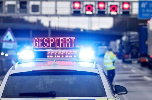 Schwerer Unfall mit drei Lastwagen – zwei Schwerverletzte
