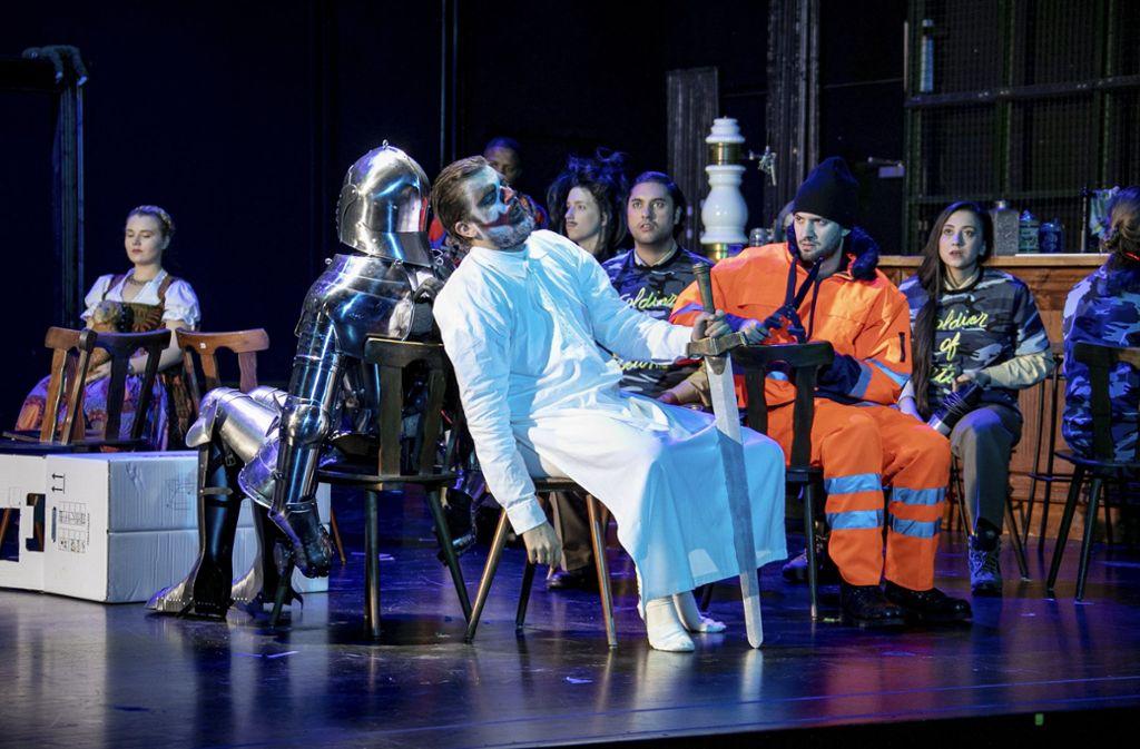 """Ritter am Ende: Timo Hannig als Sir John Falstaff und Studierende der Opernschule Stuttgart in """"Die lustigen Weiber von Windsor"""" Foto: Christoph Kalscheuer"""