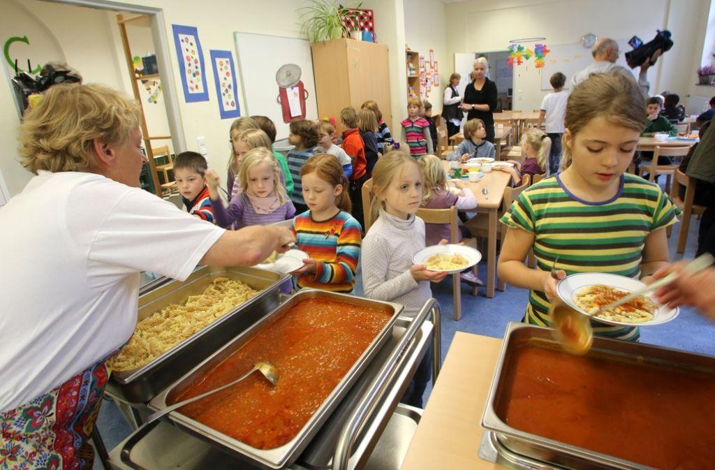 Schulessen in einer Ganztagsschule. In Baden-Württemberg bietet nur jede zehnte Grundschule eine Ganztagsbetreuung. (Archivfoto) Foto: dpa