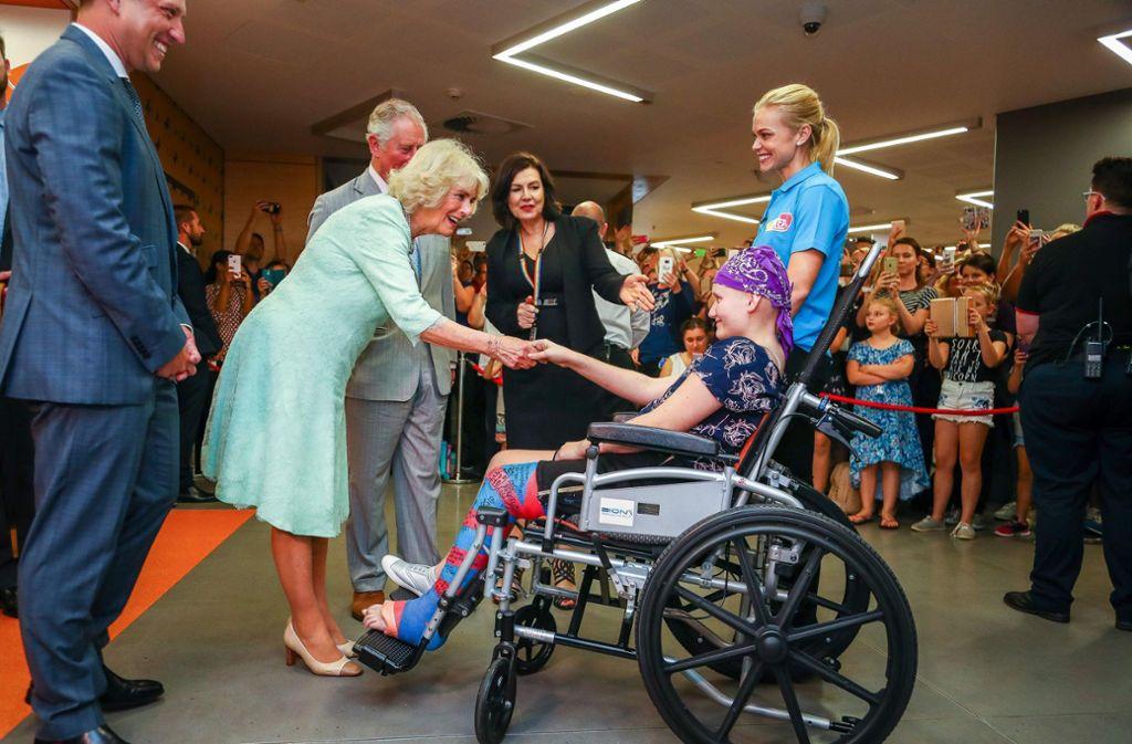 """Prinz Charles und Ehefrau Camilla bei ihrem Besuch im """"Lady Cilento""""-Kinderkrankenhaus. Foto: POOL/AFP"""