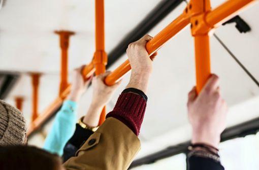 Ärger um überfüllte Busse und Bahnen