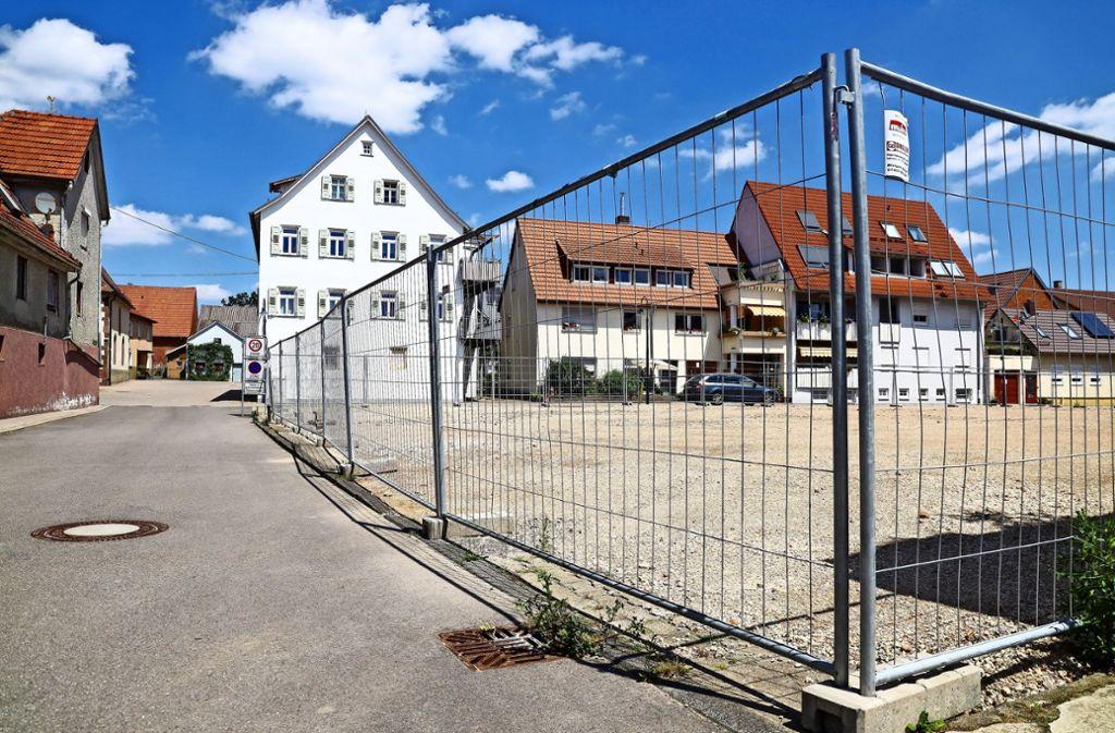 Der Platz im  Perouser Ortskern ist leer geräumt, nun steht einer Neubebauung nichts mehr im      Wege. Foto: factum