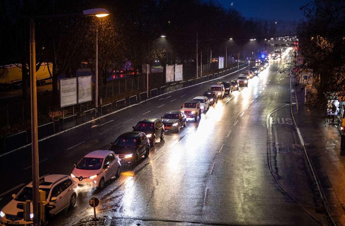 Auch in Stuttgart protestieren die Gegner der Corona-Maßnahmen mit Autokorsos in der Innenstadt. Foto: dpa/Christoph Schmidt