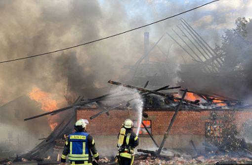 Scheune und Wohnhaus   stehen in Flammen