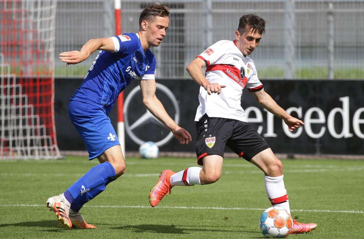Ömer Beyaz im Zweikampf gegen Jannik Müller vom SV Darmstadt 98. Foto: Baumann