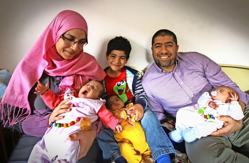 Asma und Mehdi Ben Hadj Mohamed mit ihrem vier Jahre alten Sohn Ahmed und den Drillingen Nour, Manar und Taha. Foto: Rüdiger Ott