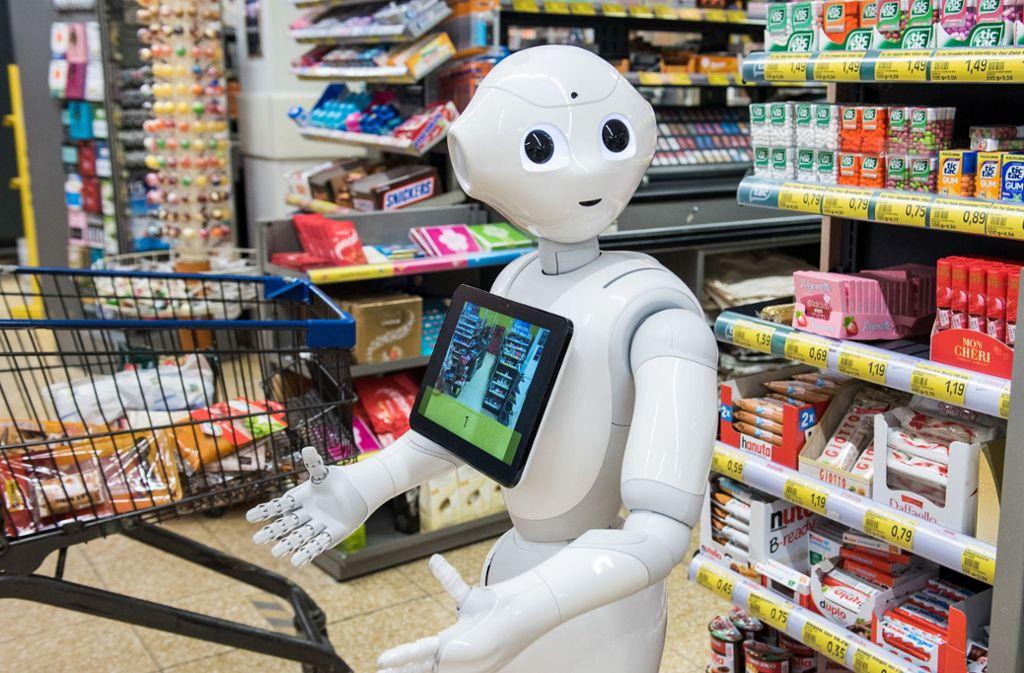 """Roboter """"Pepper"""" soll für die Einhaltung der Corona-Regeln sorgen. Foto: dpa/Daniel Bockwoldt"""