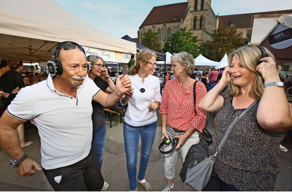 Lautloses Schwofen war bei der Silent Disco von Annette Currle (Dritte von rechts) angesagt. Foto: Horst Rudel