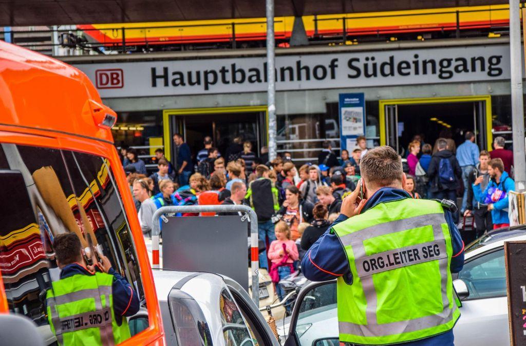 Am Bahnhof Karlsruhe sind viele Reisende gestrandet. Foto: 7aktuell.de/Fabian Geier