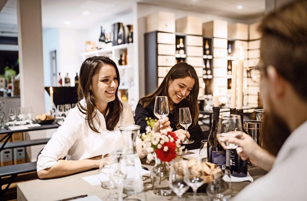 Gut für einen Weinmoment: Anna-Lisa und Mona Wenzler Foto: Wein-Moment