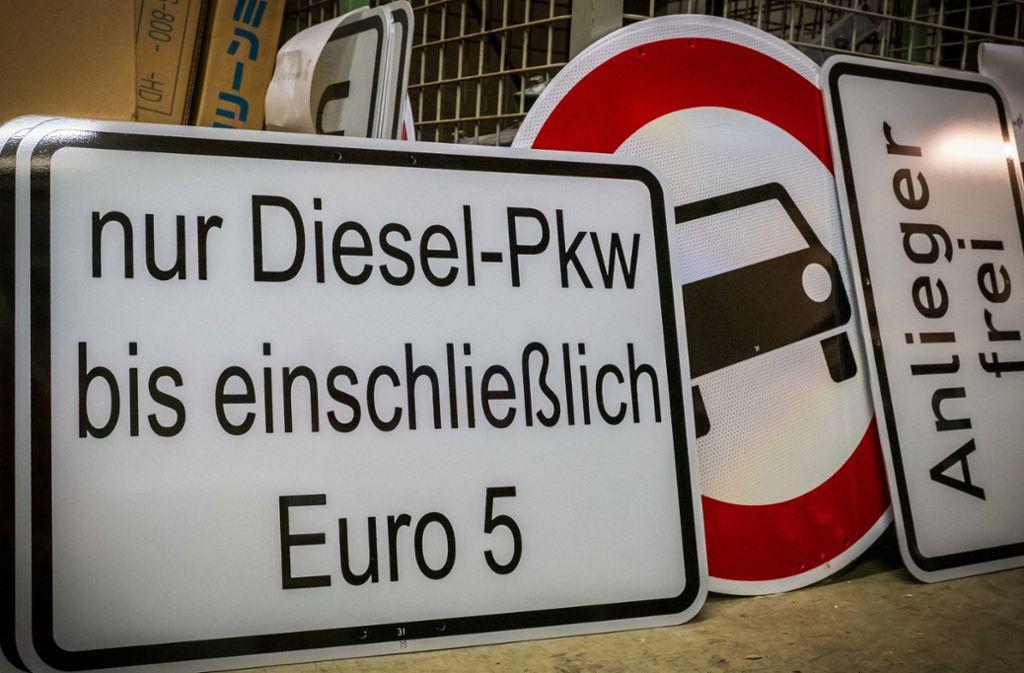 Wer einen Euro-5-Diesel mit Softwareupdate hat, kann trotz Verbot weiter fahren. Die DUH hält diese Regelung für rechtlich nicht haltbar. Foto: Lichtgut/Achim Zweygarth