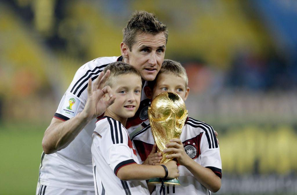 Miroslav Klose, hier 2014 mit dem WM-Pokal und seinen Söhnen, wechselt ins Trainerfach. Foto: AP
