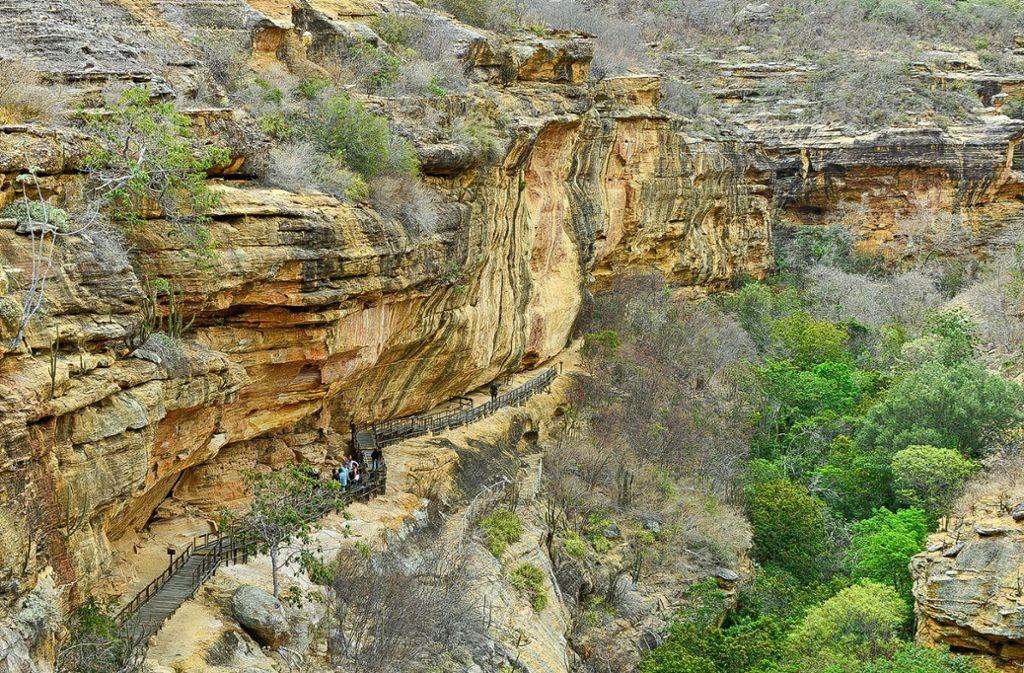 Ein Freiluftmuseum im Osten Brasiliens: An den Felsüberhängen haben Forscher beeindruckende Malereien entdeckt. Heute tummeln sich hier auch Touristen. Foto: André Pessoa