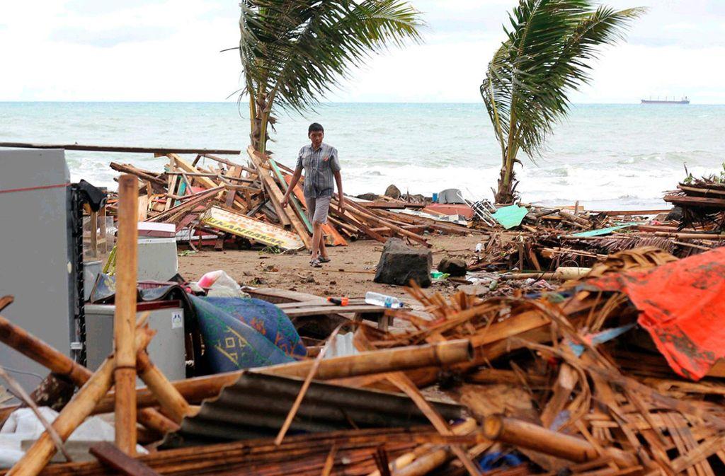 Ein Indonesier an der zerstörten Küste im Ort Carita auf der Insel Java Foto: AP