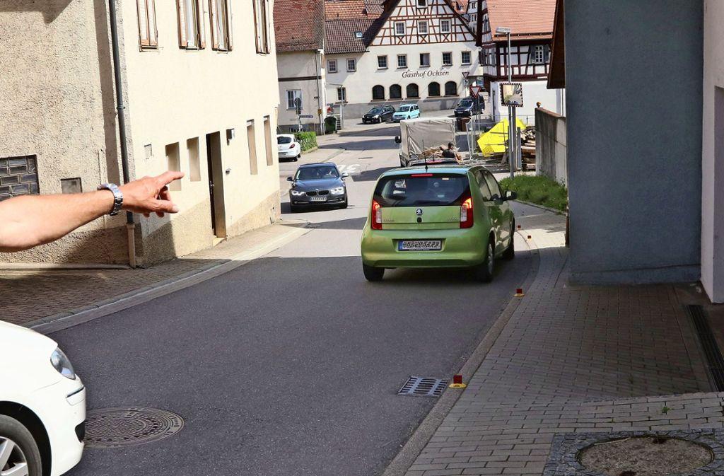 Die Situation in der Wiernsheimer Straße bewegt die Anwohner. Foto: Andreas Gorr