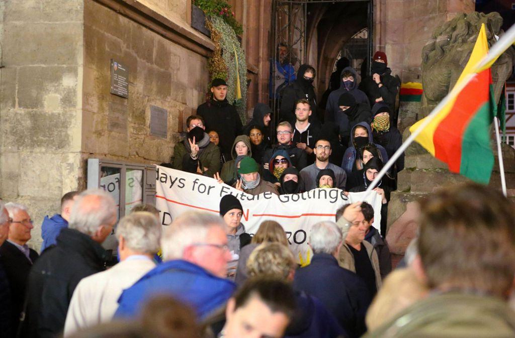 Aktivisten blockieren den Haupteingang des Alten Rathauses. Der ehemalige Bundesminister Thomas de Maizière (CDU) sollte im Rahmen des Göttinger Literaturherbstes aus seinem Buch lesen Foto: dpa/Stefan Rampfel
