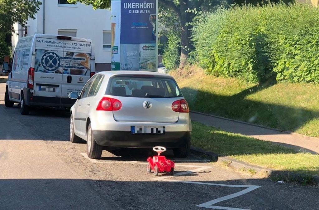 Das rote sportliche Cabriolet erfüllt deutlich den Tatbestand: Falschparken. Foto: Polizei
