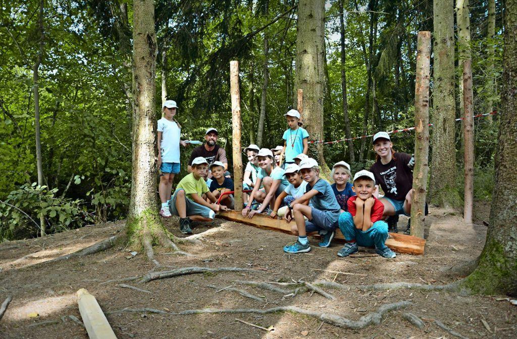 Beim Hüttenbau im Wald sind vereinte Kräfte gefragt. Foto: Braitinger