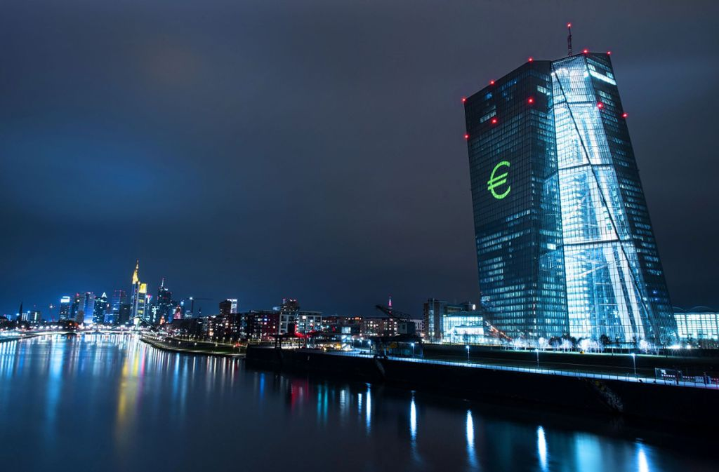 Die Europäische Zentralbank in Frankfurt ist das Epizentrum der EU-Finanzpolitik. Das jüngste Beben im Streit um Anleihekäufe ging jedoch von Karlsruhe aus. Foto: dpa/Boris Roessler
