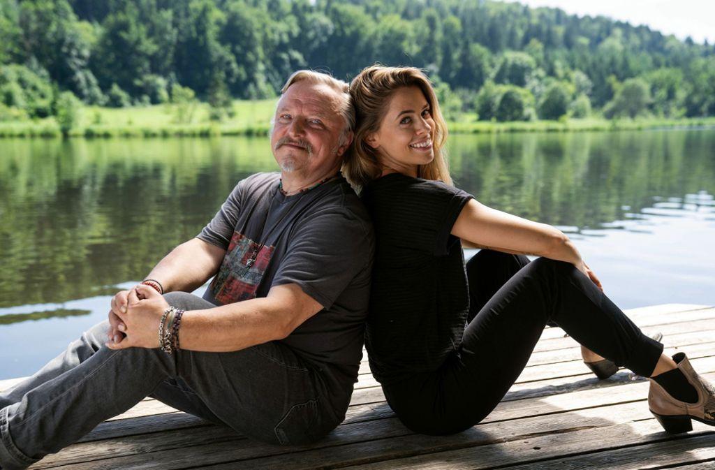 Die Sängerin Juli (Vanessa Mai) braucht dringend die Hilfe ihres Vaters Wim (Axel Prahl). Foto: ARD Degeto/Hendrik Heiden