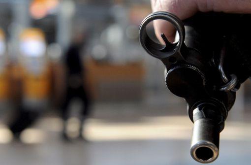 Polizist schießt mit Maschinenpistole in Mannschaftswagen
