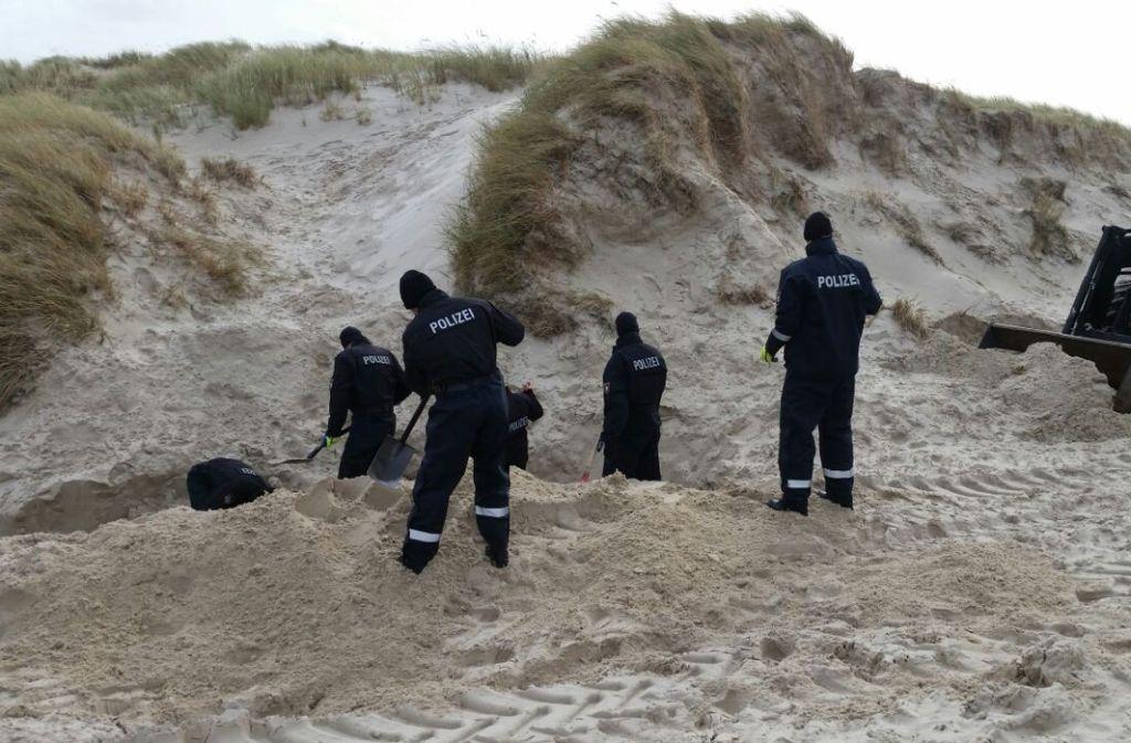 Ein 20 Jahre alter Tatverdächtiger gab der Polizei den Hinweis, dass der Leichnam an der Südspitze der Insel zwischen Dünen vergraben worden sei. Foto: Polizeidirektion Flensburg