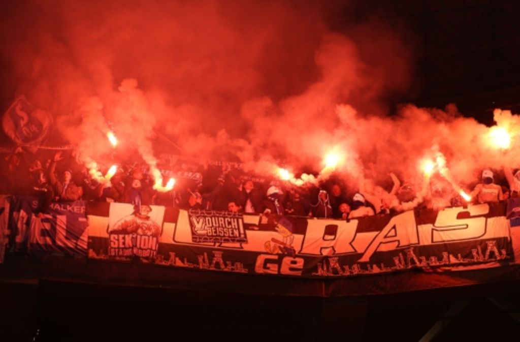 Schalke-Fans zünden Feuerwerk beim Auswärtsspiel in der Ukraine – Tore gab es aber keine Foto: dpa