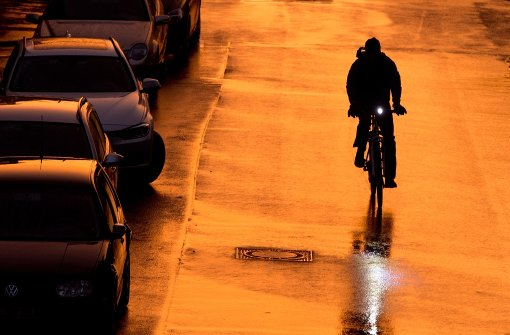 Schild nach Radfahrer geworfen