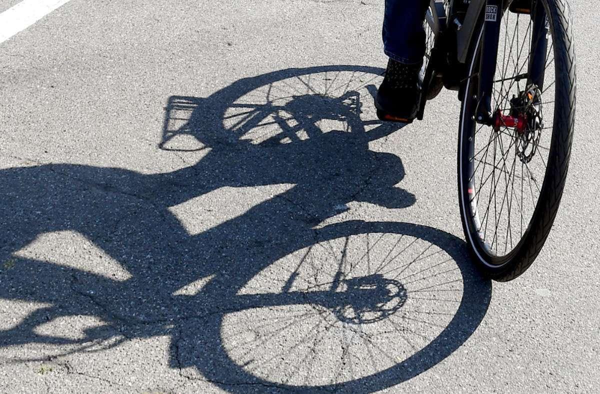 Die 55-jährige Radlerin stürzte durch den Zusammenstoß auf den Asphalt. Foto: dpa