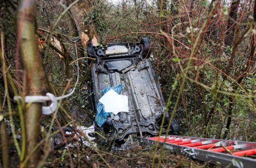 Auto landet in Bach  – B14 stundenlang voll gesperrt