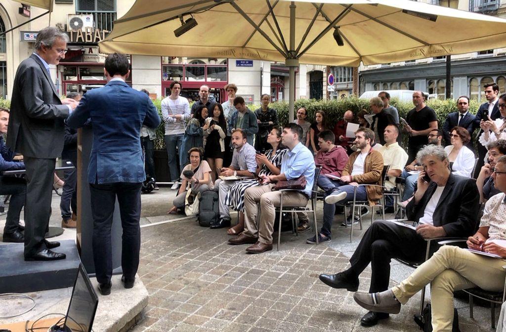 """Viele Interessenten bei der Versteigerung des Inventars von Depardieus ehemaligem Restaurant """"La Fontaine Gaillon"""" in Paris. Foto: Krohn"""